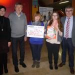 Spendenübergabe-Kathrin Mann+Ha+Schülerin+Joanna+Joachim Meier